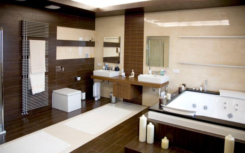 Merveilleux Luxurious Modern White Bathroom With Dark Wood Floors